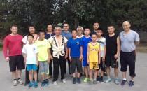 Grupo de treino no Parque Tiantan, Beijing. Mestre Li dando aulas pela manhã para crianças e adultos. As aulas ocorrem duas vezes por semana.