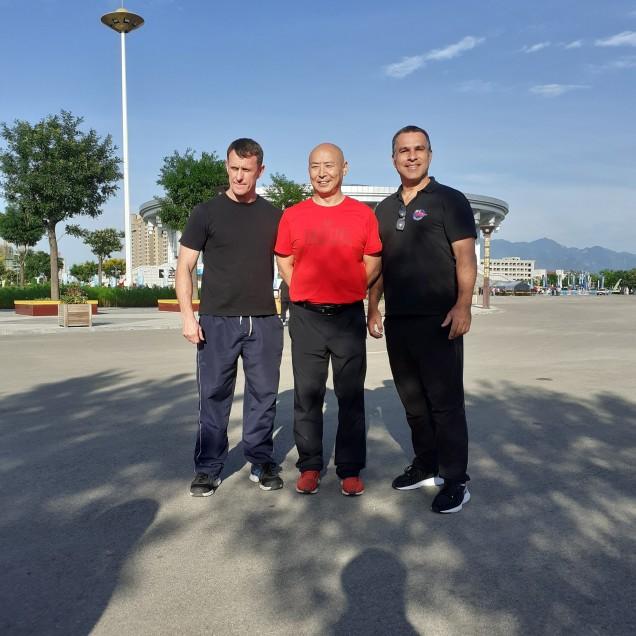 Com o Matestre Ma Jiaguo e o professor Marcelo Antunes em Daxian ( Shangxi) (1)
